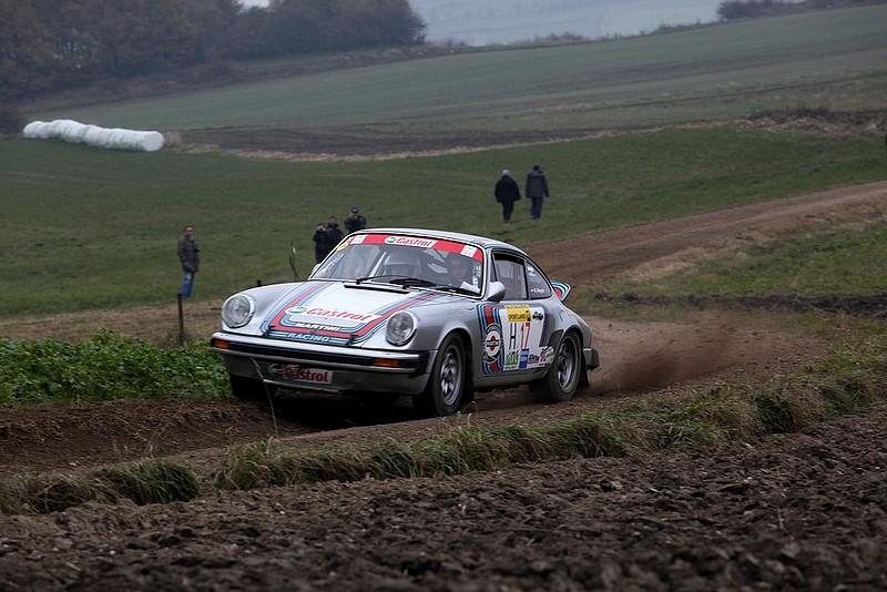 Porsche 911 in S-Kurve