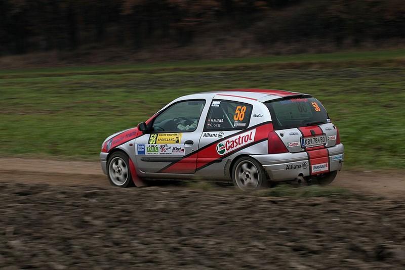 Renault Clio in S-Kurve