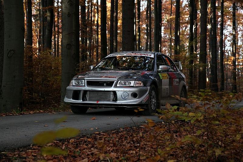 Mitsubishi Lancer Evo vor Start im Wald