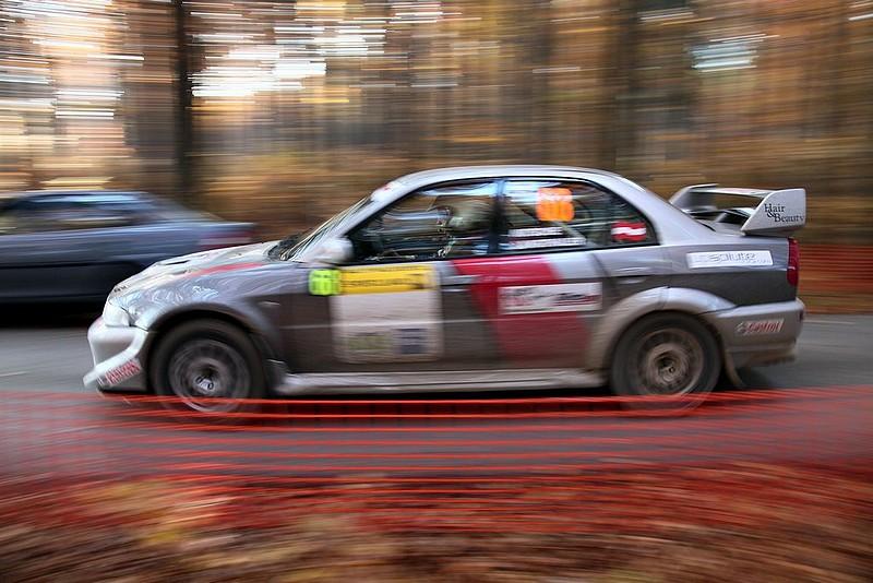 Mitsubishi Lancer Evo bei Start im Wald