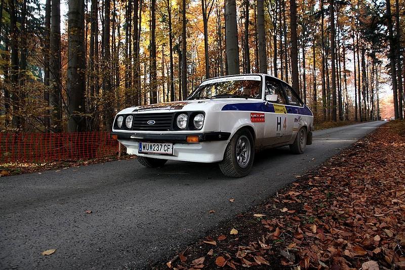 Ford Escort RS 1600 bei Start im Wald