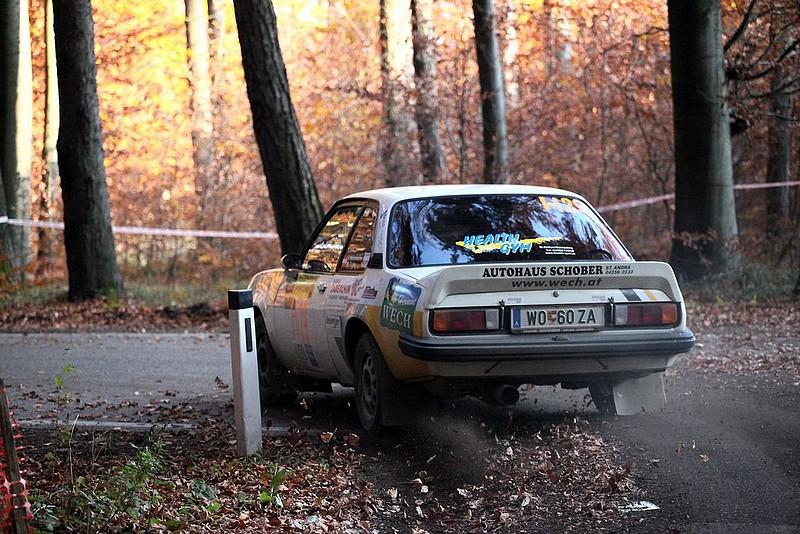 Opel Ascona bei Start im Wald