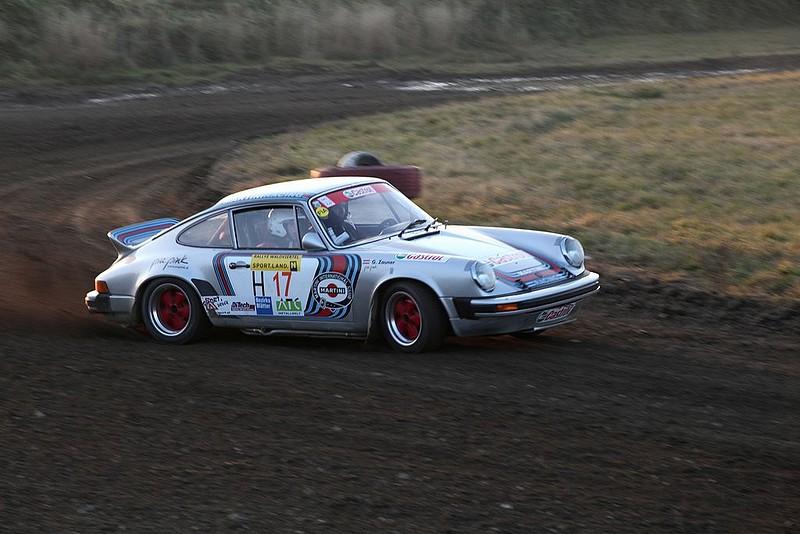 Porsche 911 mit roten Fuchs Felgen Dirttrack